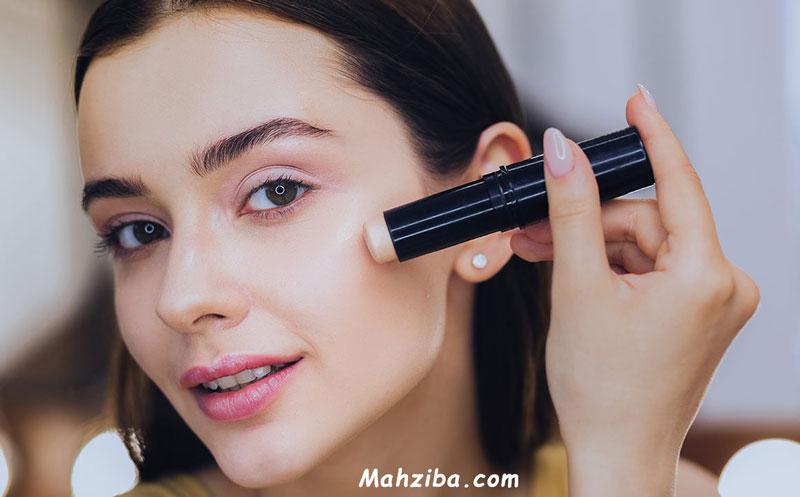 استفاده از کانسیلر برای پوشاندن مشکلات پوست از جمله التهاب